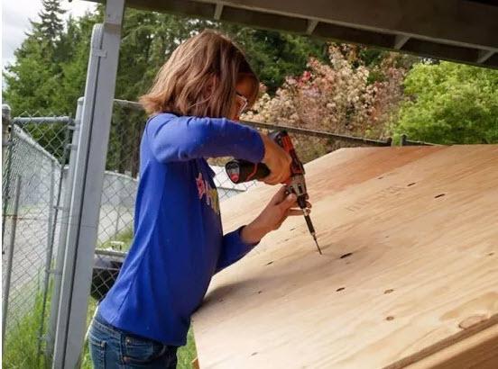 bé gái 9 tuối giúp người vô gia cư xây nhà suốt 4 năm